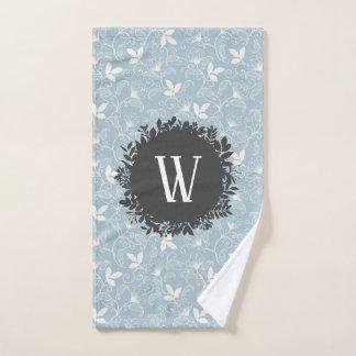 モノグラムが付いている白く、淡いブルーの花パターン バスタオルセット