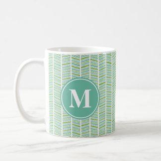 モノグラムが付いている緑および青のヘリンボンパターン コーヒーマグカップ