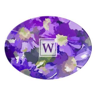 モノグラムによっては植物の紫色のデイジーの花柄が開花します 磁器大皿