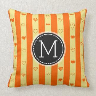 モノグラムのオレンジのストライプでモダンなハートパターン クッション