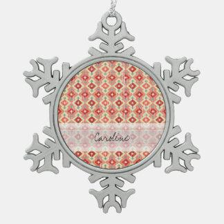 モノグラムのピンクの赤いGeoの種族のイカットのダイヤモンドパターン スノーフレークピューターオーナメント