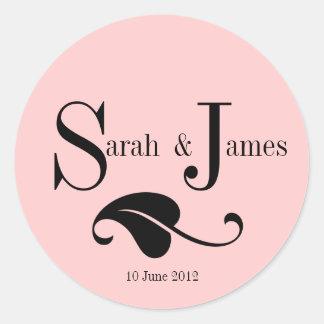 モノグラムのロゴの名前の日付の結婚式のラベルのピンク ラウンドシール