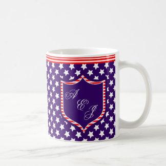 モノグラムの盾が付いているモノグラムの星条旗 コーヒーマグカップ