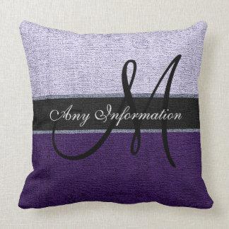 モノグラムの紫色および銀製のエレガント クッション