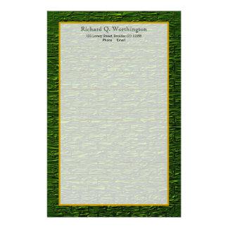 モノグラムの緑の鋼鉄煉瓦罰金によって並べられる文房具 便箋