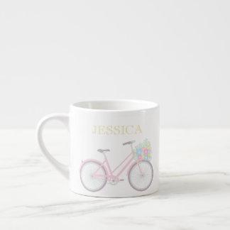モノグラムの花の自転車のかわいいパステル調のエスプレッソのマグ エスプレッソカップ