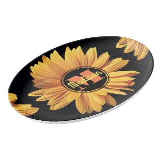 モノグラムの黄色いデイジーのガーベラの星状体のエレガントな花 磁器大皿