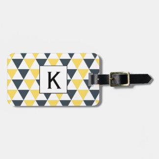 モノグラムの黄色および木炭三角形パターン ラゲッジタグ