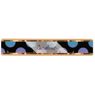 モノグラムの黒く赤い紫色の青い水玉模様パターン キーラック