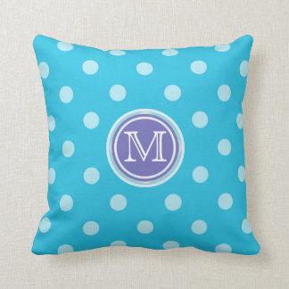 モノグラム: 紫色および青の水玉模様のプリントの枕 クッション