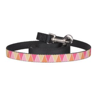 モモのピンクのモダンな三角形パターン ペットリード