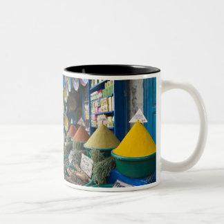 モロッコの大西洋の海岸、ESSAOUIRA: スパイスの市場 ツートーンマグカップ