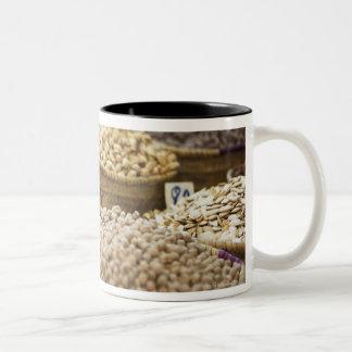 モロッコ、マラケシュ、マディーナのaのローカル農産物 ツートーンマグカップ