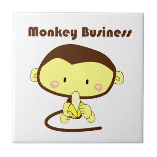 モンキービジネスブラウンおよび黄色いチンパンジーの漫画 タイル