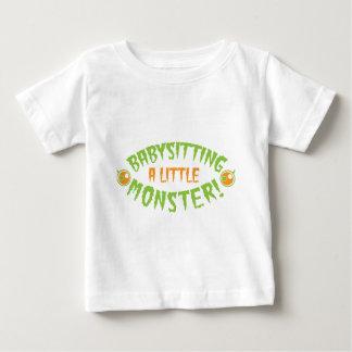モンスターのハロウィンの小さいデザインのベビーシッターをすること ベビーTシャツ