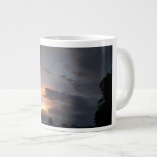 モンスーンの季節の間の日没 ジャンボコーヒーマグカップ