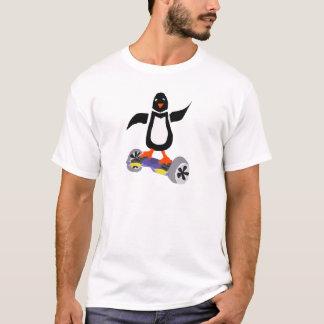 モーターを備えられたスケートボードの芸術のおもしろいなペンギン Tシャツ