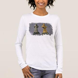 ヤギの供物を運んでいる人の2つの小像 長袖Tシャツ