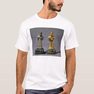 ヤギの供物を運んでいる人の2つの小像 Tシャツ