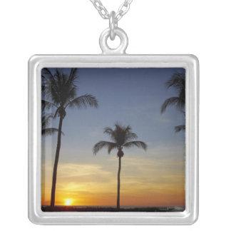 ヤシの木および日没のMindilのビーチ シルバープレートネックレス