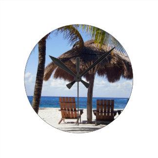 ヤシの木および椅子のメキシコのビーチ ラウンド壁時計