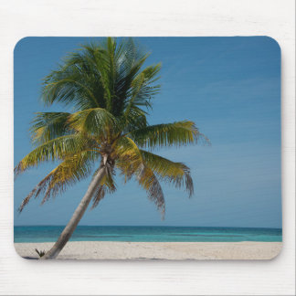 ヤシの木および白い砂のビーチ2 マウスパッド
