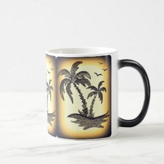 ヤシの木が付いている白の中のマグ マジックマグカップ
