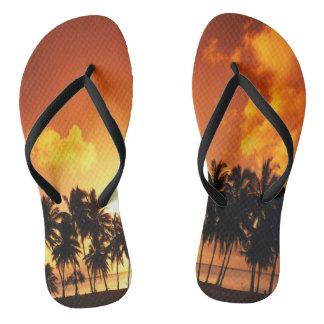 ヤシの木の日没のビーチのビーチサンダル ビーチサンダル