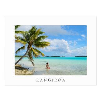 ヤシの木の白いRangiroaの郵便はがきの下の女性 ポストカード