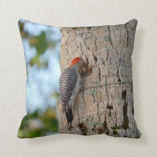 ヤシの木の赤い先頭に立たれたキツツキの鳥のlookin クッション