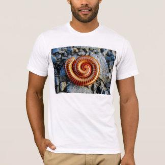 ヤスデのTrigoniulusのCorallinusによってカールされる節足動物 Tシャツ