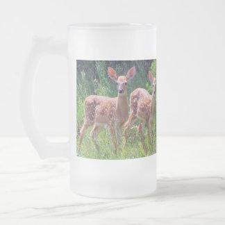ヤナギタンポポ属の対のオジロ鹿シカの子鹿 フロストグラスビールジョッキ