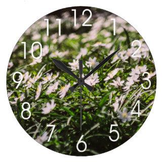 ヤブイチゲによっては森の草原が開花します ラージ壁時計