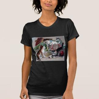 ヤーンのアンティークの芸術と遊んでいるいけない子ネコ猫 Tシャツ
