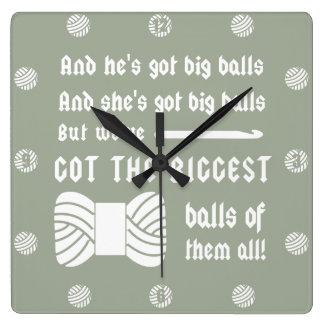 ヤーンの大きい球 • かぎ針編みの技術部屋{暗い} スクエア壁時計