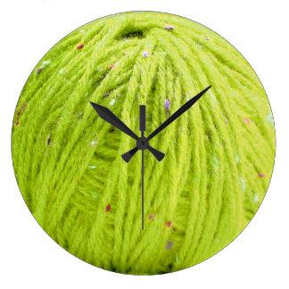 ヤーン-編み物のおもしろいの時計の緑の球 ラージ壁時計