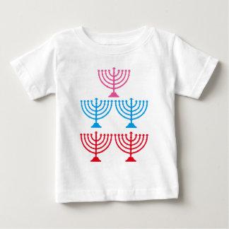 ユダヤ人のユダヤ人の(ユダヤ教)メノラーの輝きのcandelabrum ベビーTシャツ