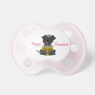 (ユダヤ教)メノラーまたはピンクの幸せでハヌカーかわいいパグ おしゃぶり
