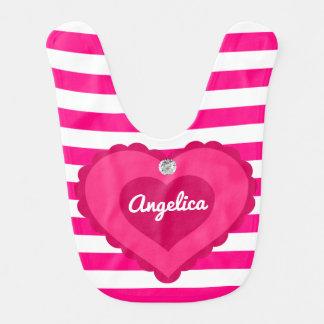 ユニークで名前入りな女の赤ちゃんのショッキングピンクのハートのギフト ベビービブ