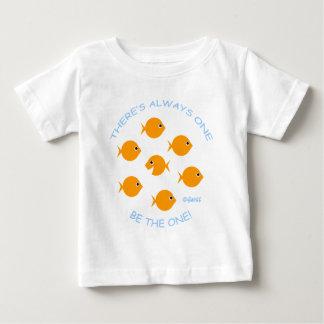 ユニークで特別なベビーの金魚 ベビーTシャツ