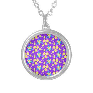 ユニークな紫色および黄色のデザインのネックレス シルバープレートネックレス