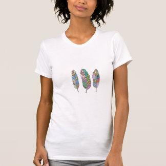 ユニークな3ボヘミアの種族の青いピンクの赤い羽 Tシャツ