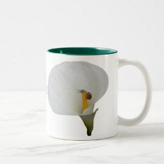 ユリのユーモアのあるなかたつむり ツートーンマグカップ
