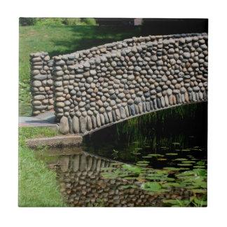 ユリの池の自然上の石造り橋 タイル