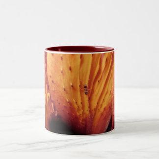 ユリの花のマクロ蟻 ツートーンマグカップ