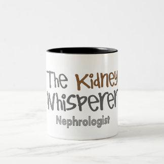 ユーモアのあるなNephrologistの医者のギフト ツートーンマグカップ