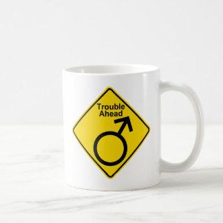 """ユーモアのある、交通標識を警告する""""前方の悩み(人)"""" コーヒーマグカップ"""