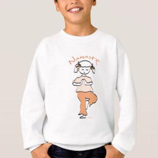 ヨガのナマステの若い女の子 スウェットシャツ