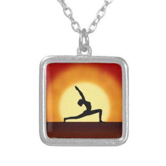 ヨガの姿勢の女性のシルエットの日の出の正方形のネックレス シルバープレートネックレス