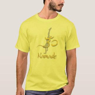 ヨガの姿勢の逆立ち、omのナマステの黄色のTシャツ Tシャツ